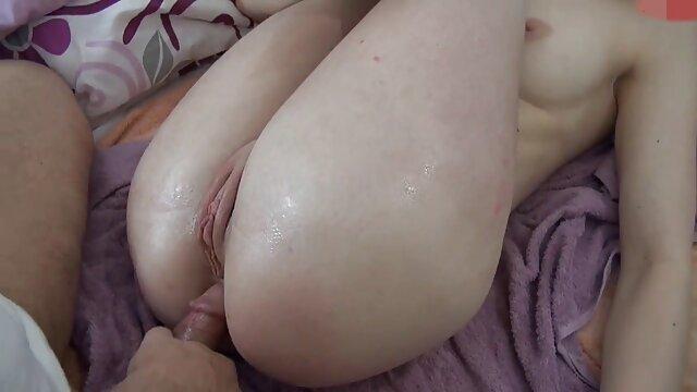 Un motard baise une asiatique aux film porno x streaming gros seins avec sa grosse bite