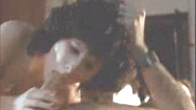 Sexy film porno arab gratuit babe baise dans l'écurie avec un cow-boy lubrique