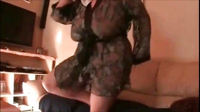 Le mec video jeune xxx caresse la langue d'une belle blondie bronzée et fait l'amour avec elle
