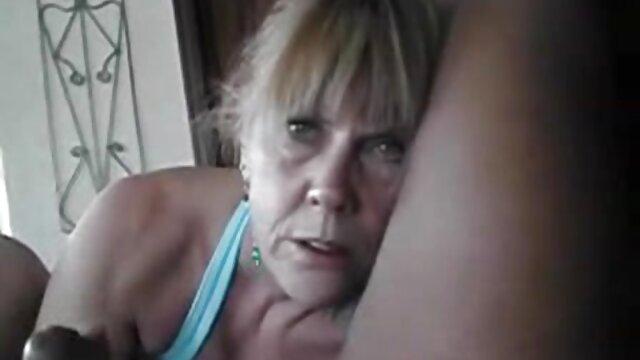 La blonde masse un pénis épais avec son vagin et prend une charge de film erotique xxx sperme sur son visage