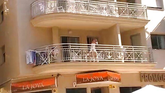 Grosse maman montre à sa voisine ses tenues, collants, culottes, le mec film porno gratuit marocain tombe en panne et commence à lui marteler la chatte