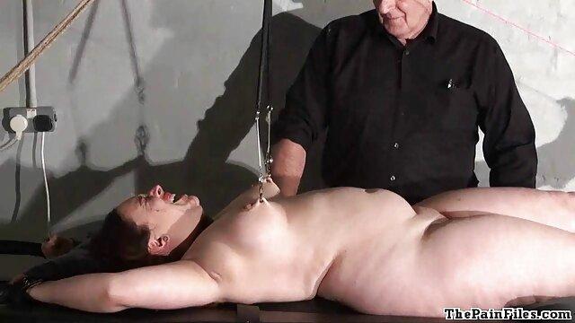Deux chiennes dépravées pornos gratuits ont attaché un mec sur une chaise gynécologique, l'ont baisé avec des strapons, l'ont poings avec leurs mains et leurs pieds, puis ont inséré un entonnoir dans son cul et ont versé un réservoir plein de pluie dorée dans son cul