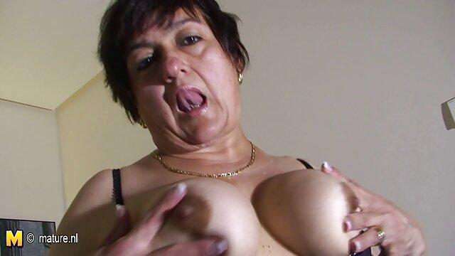 Le mec film pornovore préfère grimper entre les jambes de sa copine, insérer un doigt dans sa chatte et tester la virginité