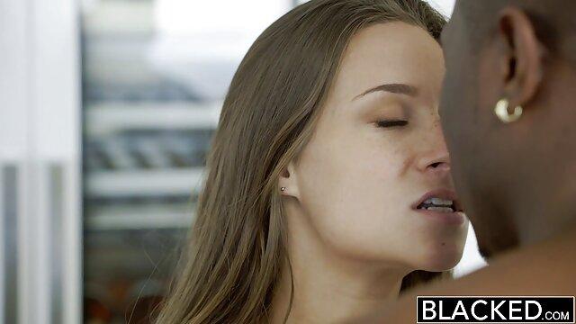 La jeune Julia De Lucia a versé de l'huile sur son trou du cul et baise porno free francais en anal