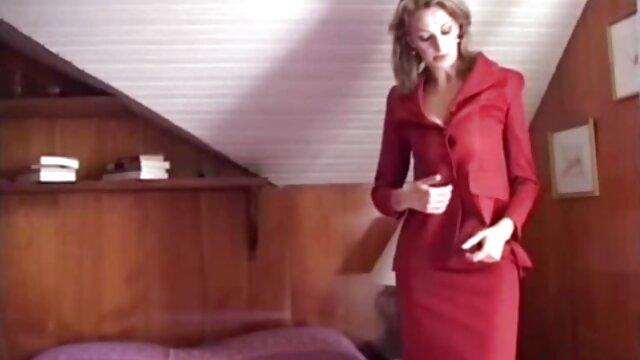 Hot blondie a soulevé sa jupe et a mis film porno totalement gratuit son doigt dans le cul