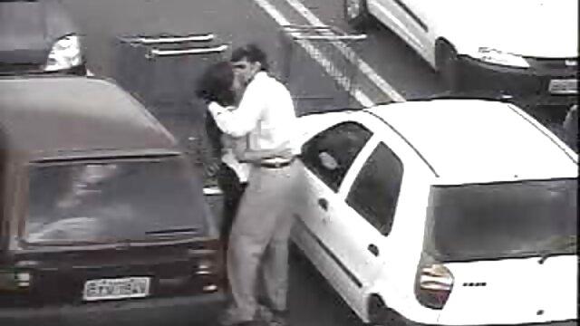 Brunette sexy baisée dans un taxi avec un chauffeur au lieu film pornodrom de payer