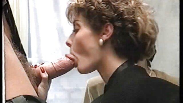 Une déesse sexy adore le fétichisme des anal sex gratuit pieds et taquine un mec avec ses belles jambes