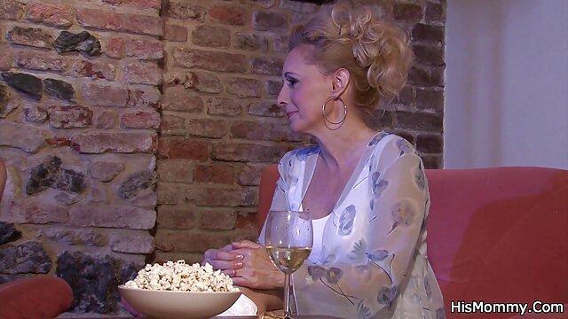 Un nègre film complet porno gratuit avec une grosse bite baise une blonde cul-cul en anal